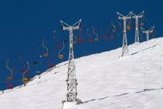 Elevador de cadeira no céu azul Fotografia de Stock