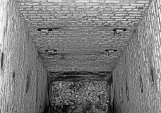 Elevador de carga abandonado de la mina después de la disposición de un edificio industrial La visión desde la tapa Rebecca 36 Imágenes de archivo libres de regalías