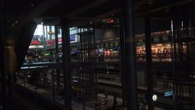 Elevador de cristal dentro de la estación principal de Berlín almacen de metraje de vídeo