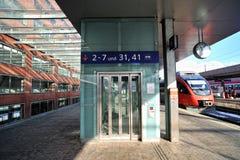 Elevador de cristal moderno en la estación de tren de Innsbruck Fotografía de archivo