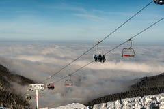Elevador de esqui com esquiadores, montanha da cadeira Kopaonik, Sérvia imagem de stock