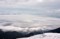 Elevador de esqui com nuvens Fotos de Stock Royalty Free