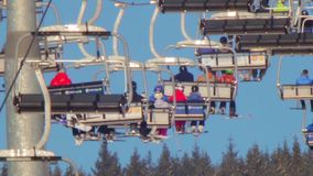 Elevador de esqui com povos vídeos de arquivo