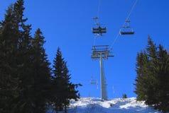 Elevador de esqui da cadeira de encontro ao céu azul Fotografia de Stock Royalty Free