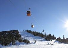 Elevador de esqui do teleférico sobre a paisagem da montanha Foto de Stock Royalty Free