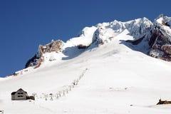 Elevador de esqui na capa da montagem. Imagem de Stock