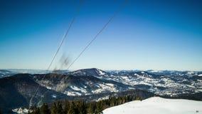 Elevador de esqui na estância de esqui em montanhas ensolaradas de Carpatian, lapso de tempo video estoque