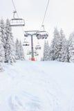 Elevador de esqui na montanha com céus e povos dos snowboards fotos de stock royalty free