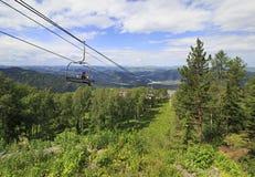 Elevador de esqui na paisagem do verão Foto de Stock