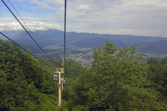 Elevador de esqui nas montanhas que levam passageiros à fuga de caminhada Foto de Stock