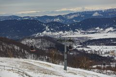 Elevador de esqui no dia de inverno brilhante fotos de stock