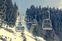 Elevador de esqui no recurso de esqui imagem de stock