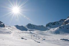 Elevador de esqui no recurso da alta altitude, sol com alargamento Imagens de Stock Royalty Free