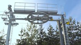 Elevador de esqui no recurso do inverno para esquiadores e snowboarder do transporte no fim da inclinação da neve acima Elevador  filme