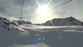 Elevador de esqui que ascensão uma montanha vídeos de arquivo