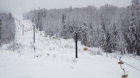 Elevador de esqui sob a queda de neve video estoque
