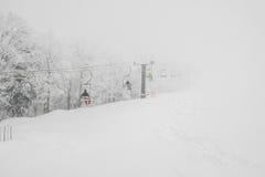 Elevador de esqui sobre a montanha da neve na estância de esqui imagens de stock