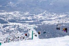 Elevador de esqui, teleférico do teleférico com a cabine aberta no fundo foto de stock royalty free
