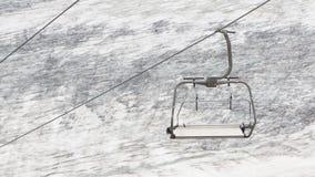 Elevador de esqui vazio acima da neve Foto de Stock Royalty Free