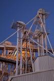 Elevador de grão na noite imagens de stock