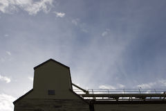 Elevador de grano abandonado imagenes de archivo