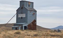 Elevador de grano abandonado   Imagen de archivo