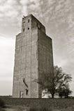 Elevador de grano abandonado hormigón Fotos de archivo libres de regalías