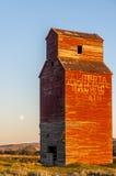 Elevador de grano abandonado largo Fotos de archivo