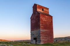 Elevador de grano abandonado largo Imagen de archivo libre de regalías