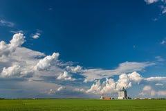Elevador de grano concreto debajo del cielo de Big Blue fotografía de archivo libre de regalías