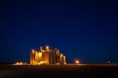 Elevador de grano concreto en paisaje rural Imagenes de archivo