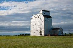 Elevador de grano de la madrugada en pradera canadiense fotos de archivo