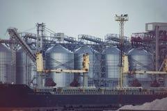 Elevador de grano del puerto Terminal industrial del grano de la zona del cargo a granel del puerto de comercio del mar imagenes de archivo