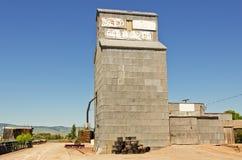 Elevador de grano en el extremo del camino fotografía de archivo libre de regalías
