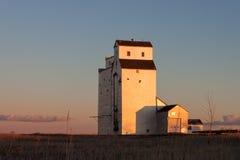 Elevador de grano en la puesta del sol imagenes de archivo
