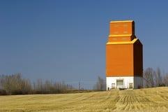 Elevador de grano en las praderas canadienses Foto de archivo libre de regalías