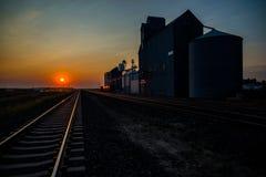 Elevador de grano de Hingham, y pistas, salida del sol imagen de archivo