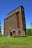 Elevador de grano viejo en un estado del mal estado Foto de archivo