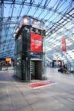 Elevador de lujo dentro del aeropuerto fotografía de archivo libre de regalías