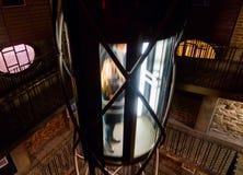 Elevador dentro de la torre de reloj astronómica de Praga Imagen de archivo libre de regalías