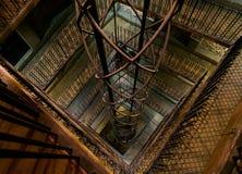 Elevador dentro de la torre de reloj astronómica de Praga Foto de archivo