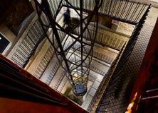 Elevador dentro de la torre de reloj astronómica de Praga Imagen de archivo