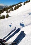 Elevador e esquis de cadeira na neve Foto de Stock