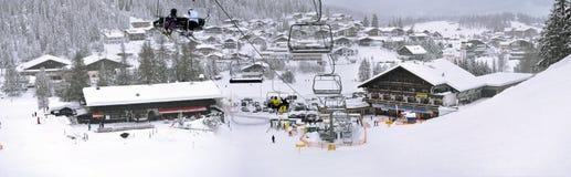 Elevador e inclinações de esqui nas montanhas altas Fotos de Stock