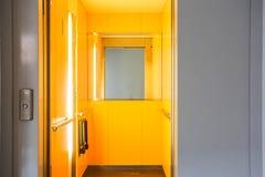 Elevador en una construcción de viviendas Imagen de archivo libre de regalías