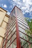 Elevador externo em uma construção pequena Foto de Stock Royalty Free