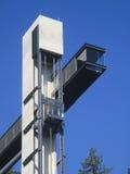 Elevador externo sobre o céu azul Foto de Stock