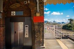 Elevador moderno em um estação de caminhos-de-ferro velho Foto de Stock Royalty Free