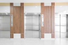 Elevador moderno en vestíbulo del hospital Imagen de archivo libre de regalías