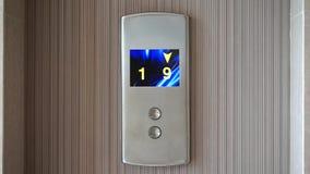 Elevador o pantalla de la elevación con números corrientes almacen de video